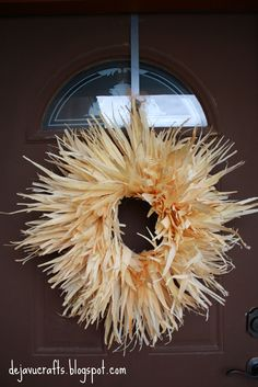 DIY Corn Husk Wreath!! So pretty... Another tutorial w/ photos here: taylorandlara.blo...