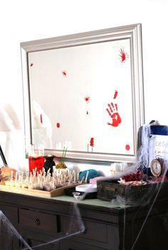 un miroir avec des taches de sang et une toile d'araignée artificielle