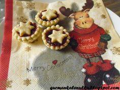 *Nigelliny hvězdné košíčky*   Tak konečně jsem se i já dokopala k cukroví. Ne, že bych nepekla ráda, ale letos je toho ve škole nějak moc a nestíhám... :-(  První na pořadu dne byli Nigelliny hvězdné košíčky, neboli Mince pie. Jelikož chutnají opravdu výtečně a jsou provoněné vánoci, tak se s Vámi podělím o recept.   (Zdroj: Vánoce s Nigellou)