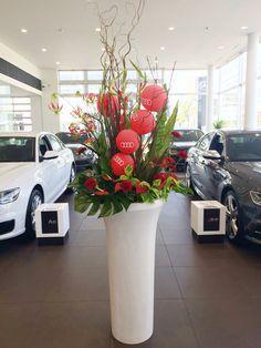 新車発表のお祝い花に。