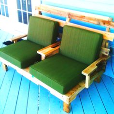 The finished patio bench with cushions. constructed from recycled pallets. Used 4 pallets for construction. The armrests could be a little higher. I built-in cup holders in the middle. Easy and fun. Pallet Furniture, Home Furniture, Outdoor Furniture Sets, Pallet Chair, Diy Pallet Projects, Home Projects, Pallet Ideas, Pallet Pictures, Pallet Building