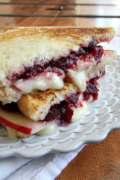 This Brie Apple and Cranberry Grilled Cheese Recipe has a secret ingredient that makes it SO GOOD! @barefootwine