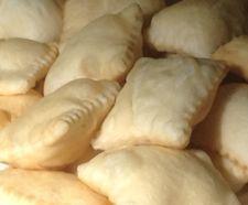 TORTA FRITTA DI PARMA Rustico preparato con impasto a base di farina, lievito, sale e burro, steso, tagliato a pezzi e fritto. Viene servito accompagnato con salumi, stracchino o Gorgonzola.