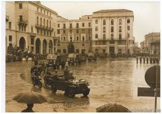 Soldati italiani in piazza Vittoria - Brescia Immagine archivio Famiglia Riva http://www.bresciavintage.it/brescia-antica/foto-d-autore/soldati-italiani-in-piazza-vittoria-brescia/