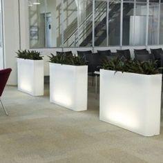 langwerpige plantenbak die ook heel goed als scheiding tussen twee aparte zalen of ruimtes gebruikt kan