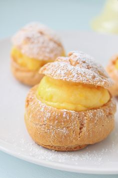 Profiteroles de crema. {cream puffs}