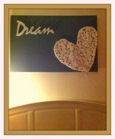 Dreams :)    Een schilderij gemaakt voor boven mijn bed.     Benodigdheden:    - Verf  - Lijmpistool  - Canvasdoek  - Houten letters -  Witte stenen    (Ik heb een rol stenen gebruikt die eigenlijk bedoeld zijn voor betegeling badkamer)