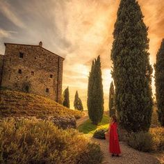 Tuscany and sunsets go pretty well together @castello_di_vicarello @florina__toma #tuscany #italy