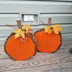 """Here's an easy Halloween/fall decoration you can make at home! These were made by Brittany Rhen and she shares her tutorial with us… """"I actually had my husband cut slices off of a tree stump he cut down a few months ago. I then painted both slices. Fall Wood Crafts, Wood Slice Crafts, Fun Diy Crafts, Pumpkin Crafts, Tree Crafts, Halloween Art Projects, Halloween Crafts For Kids, Holiday Crafts, Easy Halloween"""