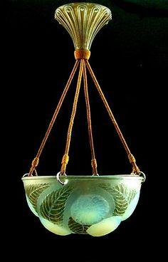 Opaliserend glazen hanglamp Dahlias met donkergroen gepatineerde bladeren en met gepatineerd glazen plafond gedeelte ontwerp René Lalique 1921 uitvoering Lalique / Frankrijk