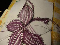 Hola Amig@s:               Aquì estoy super contenta porque querìa realizar esta flor, que tiene el mismo dibujo de base de las...