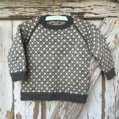 149 Louis sweater fra CaMaRose - Køb garn og opskrift til Louis sweater her Baby Boy Sweater, Knit Baby Sweaters, Boys Sweaters, Crochet Baby, Knit Crochet, Organic Baby Clothes, Sweater Knitting Patterns, Knitting For Kids, Toddler Dress