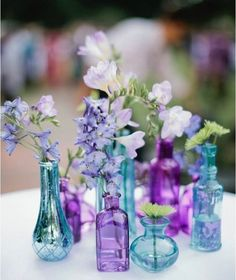 Bom diaaaaa {} Adoro arranjos assim usando várias garrafas de alturas e cores diferentes  Fica lindo e delicado