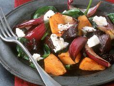 Kürbissalat mit Roter Bete, Zwiebeln, Spinat und Feta