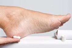Smeer je voeten in met scheerschuim (de goedkoopste). Dompel een handdoekje in een badje van 1/2 warm water en 1/2 listerine (dat mondwater). Wikkel de handdoek om je (met scheerschuim ingesmeerde) voeten. Laat twintig minuten intrekken. Wrijf daarna met diezelfde handdoeken je voeten schoon. Je merkt dat er eelt en andere verharde huid meekomt. Afspoelen en insmeren.