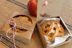 Wedding DIY - Wedding Favor Box - Mini Pie Packaging Kit - Pack of 20 - Sweetie Pies - Miniature - Country Wedding - Nostalgia - Food: Veggie tables Food Trucks, Pie Box, Bakery Packaging, Diy Cookie Packaging, Mini Pies, Food Gifts, Baked Goods, Food And Drink, Cookies