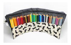 Estojinho porta lápis feito em tecido de algodão, com 16 divisórias de aproximadamente 3 cm cada, ideal para acomodar 48 lápis de cor. Para fechar é só enrolar e amarrar, uma fofura e super útil! <br>**OS LÁPIS DE COR NÃO ACOMPANHAM O ESTOJO