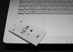 スマホに付いているであろう機能を、ごっそりとカットしたモバイルがコレ。まずはその見た目を確認してみましょう。Kindleと同じe-inkスクリーンでで...