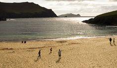 Dingle, eine Halbinsel in der Grafschaft Kerry ist nicht nur landschaftlich sehr reizvoll. Die Heimat von Delfinen und perfekten Pubs muss man einfach gesehen haben.