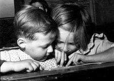 La lecture.   Photo Jean Chamoux, Paris, vers 1955 #ObiettivoLeggere @LibriamoTutti