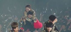Xiumin forced to give Jongdae a piggyback ride 3/3