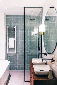 Modern Scandinavian Bathroom Interior with Green Fl .- Moderner skandinavischer Badezimmer-Innenraum mit grüner Fliese Modern Scandinavian Bathroom Interior with green tile space -