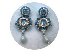Boucles d'oreilles brodées, clous en argent, camaïeu bleus, blanc, baroques, haute couture : Boucles d'oreille par bijouxdart