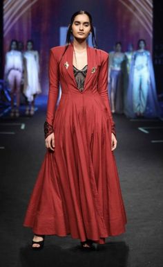 Elegant Sushmita Sen flaunts the showstopper outfit for Designer Sashi Vangapalli At Lakme Fashion Week S Lakme Fashion Week 2017, India Fashion Week, Bridal Fashion Week, Cotton Long Dress, Cotton Dresses, Indian Dresses, Indian Outfits, Choli Dress, Rajputi Dress
