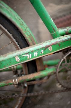 rusty green bike (love that colour) Old Bicycle, Old Bikes, Shades Of Green, Green And Grey, Photo Velo, Bmx, Pompe A Essence, Go Ride, Renewable Sources Of Energy