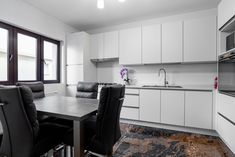 All white modern L-shaped kitchen design with statement floor. #Lshapedkitchen #Lkitchen #modernkitchen #kitchendesign #kitchenfurniture #kitchenideas #whitekitchen #KUXAstudio #KUXA #KUXAkitchen #bucatariemoderna #bucatarieL Modern Kitchen Design, Dining Bench, Floor, Furniture, Studio, Table, Home Decor, Pavement, Decoration Home