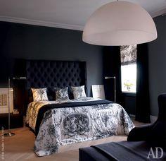 Спальня хозяев. Кровать Thurman и лежанка, все Meridiani. Под потолком — светильник Avico, FontanaArte.