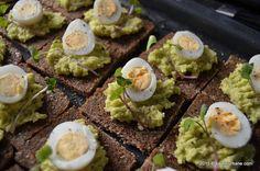 Bufet suedez - idei de preparate reci festive   Savori Urbane Pan Integral, Avocado Toast, Food Porn, Food And Drink, Eggs, Breakfast, Ethnic Recipes, Omega 3, Healthy Food