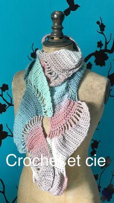 Écharpe douce et moelleuse au crochet - Un grand marché Beige, Crochet, Fashion, Pink And Green, Chrochet, Moda, Crocheting, Fasion, Fashion Illustrations