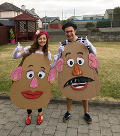 Calling All Couples! These Unique 2019 Halloween Costume Ideas Are Creative and Cute to Boot If you're paired up on Halloween, then get some ideas for your couples costume with some of the most creative looks we've found out there. Real couples, a Trendy Halloween, Family Halloween Costumes, Halloween Crafts, Halloween Party, Halloween Couples, Halloween Recipe, Women Halloween, Halloween Makeup, Halloween Decorations