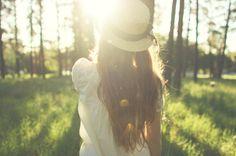 girl with hat in forest - Google-søk