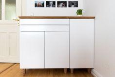 Bonjour à tous, Voici mon hackpour créer un magnifique buffet IKEA de style scandinave pour votre maison ! Produits IKEA nécessaires : Pieds de lit IKEA BRYNILEN x 8 Meuble cuisine IKEA METOD / FÖRVARA Élt bas 2 portes/2 tiroirs, blanc, Veddinge blanc Meuble cuisine IKEA METOD Structure élément bas, blanc Porte IKEA VEDDINGE, blanc Plateau table IKEA HILVER, bambou Étapes de montage : Montez les 2 meubles de cuisine IKEA Fixezles 2 meubles ensemble Enlevezles vis fixées des pieds de lit…