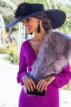 INVITADAS DE BODA DE LARGO Derby Outfits, Outfits With Hats, Wedding Hats For Guests, Kentucky Derby Outfit, Fancy Hats, Elegant Outfit, Hats For Women, Mother Of The Bride, Fascinator