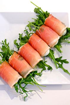 Roladki z szynki parmeńskiej z jajkiem i rukolą | Parma ham rolls with egg and rocket Snacks Für Party, Appetizers For Party, Appetizer Recipes, Comida Picnic, Food Displays, Cooking Recipes, Healthy Recipes, Food Design, Food Presentation