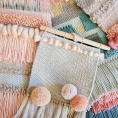 Weaving and colour palette inspiration. Fluffy and pom poms. Weaving Textiles, Weaving Art, Loom Weaving, Tapestry Weaving, Hand Weaving, Weaving Wall Hanging, Wall Hangings, Diy And Crafts, Arts And Crafts