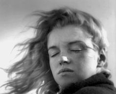 Marilyn Monroe en la playa con un rostro pensativo