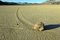 Cientistas descobriram como as pedras andantes de fato se movem. Assista!