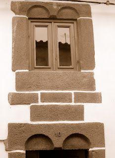 Casa quinhentista, de estilo manuelino, sita na Rua dos Távoras  - Mogadouro, Portugal