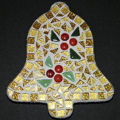 Compleet pakket om zelf na te maken http://www.mozaiektegeltjes-enzo.nl/c-2326153/kerst-klokje-goud/