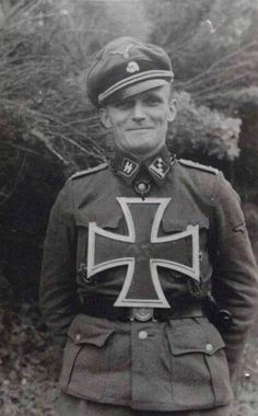 A Hauptsturmführer of the Waffen-SS with a big Knight cross Alfred Jodl, German Soldiers Ww2, German Army, Luftwaffe, Raza Aria, German Uniforms, The Third Reich, Military Photos, Panzer