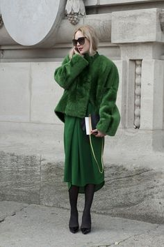 Visibly Interesting: Paris Fashion Week street style / emerald green skirt and fur Green Fashion, Look Fashion, Autumn Fashion, Net Fashion, Runway Fashion, Trendy Fashion, Fashion Models, Fashion Week Paris, Colorful Outfits