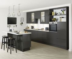 The Clerkenwell Gloss Graphite kitchen features gloss flint grey slab doors with integrated linear pull handle. Kitchen Redo, Home Decor Kitchen, Rustic Kitchen, Kitchen Interior, New Kitchen, Kitchen Remodel, Kitchen Ideas, Howdens Kitchens, Grey Kitchens