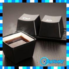 """Set Organizador """"Tazas CTRL ALT DEL"""" Un producto totalmente Geek. Son 3 tazas termicas que simulan la famosa combinacion de teclas. Resisten bebidas calientes. Disponible unicamente en color Negro. El set incluye una bandeja que simula los circuitos del teclado. Precio: $127.00"""