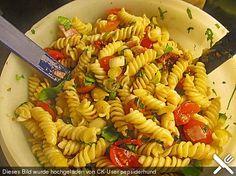 Italienischer Nudelsalat mit getrockneten Tomaten und Schafskäse