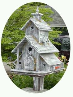 Mailbox birdhouse.... while I don't think the mail lady would like combatting the little swallows, this is adorbable for maybe the back field, or the back yard!!