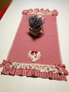 Patchwork Table Runner, Table Runner And Placemats, Quilted Table Runners, Pvc Projects, Sewing Projects, Valentine Crafts, Valentines, Button Hole Stitch, Picnic Blanket